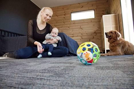 Elisa Wallstén viihtyy lattianrajassa nelikuisen Miko-vauvan kanssa. Hänen mukaansa lyhytnukkainen tekstiililaatta kerää kätevästi koirankarvat, jotka muuten leijailisivat ilmassa.