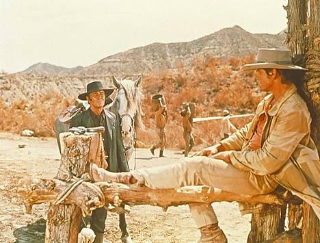 Viisikymmentä vuotta vanhan elokuvan Huuliharppukostaja-spagettilänkkärin päärooleissa ovat Henry Fonda (vas.) ja Charles Bronson.