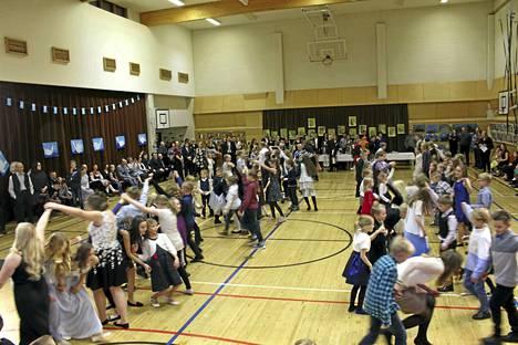 Multian kuntotalon salin eli Sinerväsalin lattiaremontti on tullut arvioitua kalliimmaksi. Kuvassa salin lattialla pyörähdellään koulun itsenäisyyspäivän juhlissa viime joulukuussa.