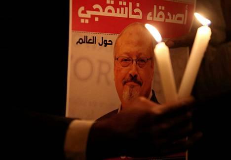 Jamal Khashoggi katosi mentyään Saudi-Arabian konsulaattiin Istanbulissa kuukausi sitten. Saudi-Arabia väitti aluksi Khashoggin poistuneen konsulaatista, mutta vahvisti myöhemimn Khashoggin kuolleen tappelussa konsulaatissa.