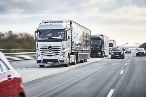 Yksi saattueajoa testanneista autonvalmistajista on Mercedes-Benz. Tavoitteena on, että samaan saattueeseen voisivat liittyä kaikki ajoneuvot merkistä riippumatta.