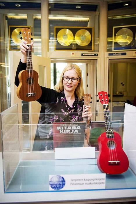 Vuonna 2015 Kirjastonhoitaja Ilona Heinonen laittaa ukuleleja laatikkoon esille musiikkiosastolle. Musiikkiosastolle oli juuri hankittu kolme ukulelea, akustinen kitara ja djembe-rumpu. Soittimien laina-aika on kaksi viikkoa ja asiakkaat voivat myös varata niitä. Soittimia voi kokeilla ja käyttää Metson soittohuoneissa, jollei halua viedä soitinta kotiin.