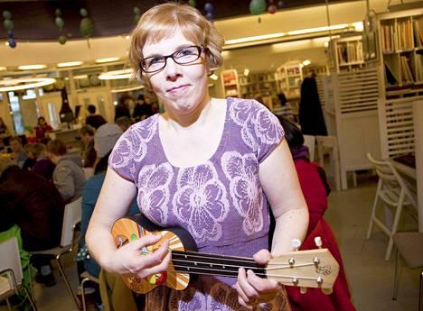 Ukuleleä ei tarvinnut opetella soittamaan itsekseen. Vuonna 2016 Outi Koivuniemi opetti ukulelen soittoa musiikkiosastolla.