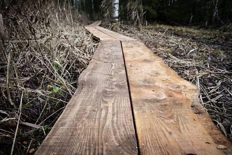 Pitkospuut on tehty vahvasta lehtikuusilankusta.