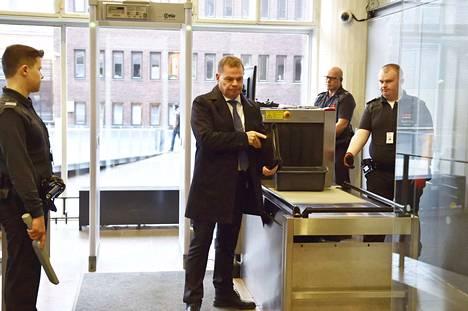 Helsingin käräjäoikeus kuuli perjantaina KRP:n päällikköä Robin Lardotia poliisijohdon virkarikosyytteisiin liittyen.