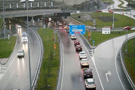Rantatunnelin liikennettä joudutaan ruuhka-aikana rajoittamaan. 22. lokakuuta tunneli ruuhkautui kolarin vuoksi. Arkistokuva.