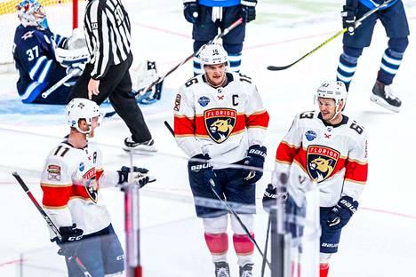 Floridan Jonathan Huberdeau (vas.), Aleksander Barkov ja Jevgeni Dadonov juhlivat, kun Panthers sai kuitattua Winnipegin johdon ja meni lopulta voittoon asti.