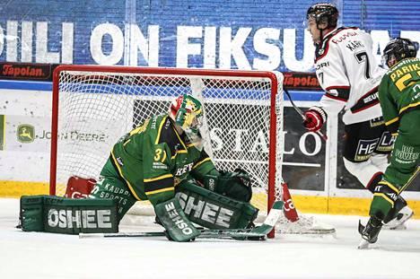 Ässien Jarno Kärki (7) iski puhtaan hattutempun Ilveksen maalivahdin Riku Heleniuksen taakse.