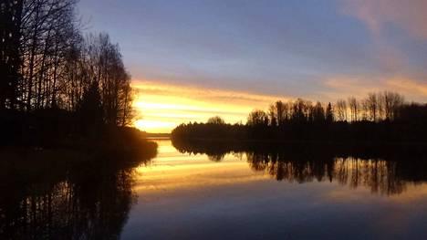 Lokakuinen aamu Hyynilän Kortejärvellä.
