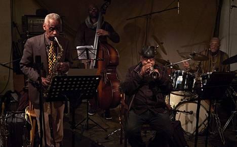 The Art Ensemble of Chicago perustettiin virallisesti vuonna 1969, kun Roscoe Mitchellin (vas.) johtama ryhmä chicagolaismuusikoita muutti Pariisiin. Siellä syntyi yhtyeen tunnetuin albumi Les stances à Sophie (1970).