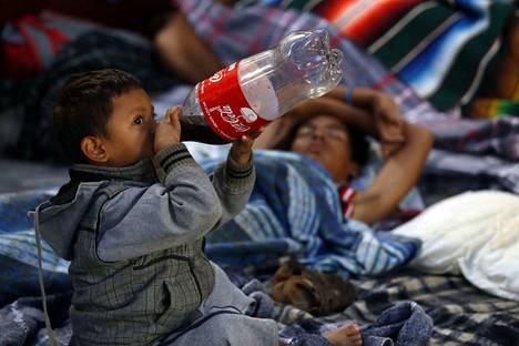 Joukko Keski-Amerikan siirtolaiskaravaanin jäseniä vietti sunnuntain ja maanantai vastaisen yön kirkossa Pueblan kaupungissa Meksiko keskiosassa.