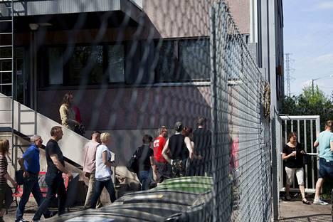 Uusi päivä -tv-sarjan tekijät marssivat toukokuussa 2014 ulos Tampereen Rantatien studiolta, koska he vastustivat Ylen suunnitelmia ulkoistaa sarjan tuotanto.