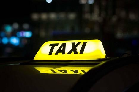 Syöttökyydit on Multialla hoidettu takseilla.