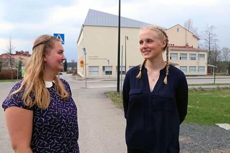 Olga Terväväinen (vas.) ja Maiju Oksanen kahmivat yhteensä uskomattomat 12 laudaturia ja viisi eximiaa vuonna 2017 Ikaalisten lukiossa - takana näkyvistä perinteisistä tiloista huolimatta.