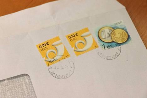 Valkeakosken Asuntojen asiakas sai vuokranvahvistuksen kuvassa näkyvässä kirjekuoressa. Postimerkit ja leimat kertovat, että kirje on lähetetty Virosta.
