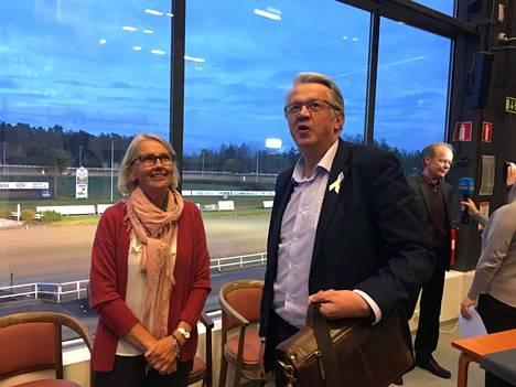 Marjaana Alaviuhkola ja Juha Rehula valmistautuvat Teivon Hevosakatemian alkuun. Taustalla haastatellaan TotoTV:n lähetykseen Matti Lakkistoa.