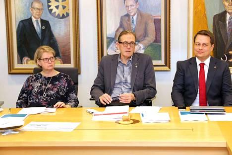 Kaupunginhallituksen puheenjohtajat Sirpa Hagsberg, Markku Tuuna ja Vilhelm Junnila kertoivat budjetin käsittelyn sujuneen yksituumaisissa merkeissä. Äänestämään jouduttiin vain kaksi kertaa.