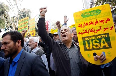 Mielenosoittajat vastustivat Yhdysvaltojen asettamia pakotteita Teheranissa, Iranin pääkaupungissa.