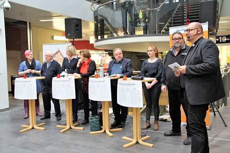Ensimmäinen vaalipaneelikeskustelu käytiin 6.11. Koskikarassa. Tilaisuuden toinen juontaja oli Teemu Salminen (oikealla).