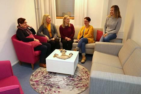 Ankkuri-tiimi ottaa asiakkaita vastaan kotoisissa oloissa Rauman poliisiasemalla. Ryhmään kuuluvat (vasemmalta) vanhempi rikoskonstaapeli Mari Smedberg, sosiaalityöntekijä Sarita Kiuru, sosiaaliohjaaja Tytti Poukka, terveydenhoitaja Minna Vehmanen ja rikoskomisario Hanna Lindblad. Ryhmässä työskentelee myös psykiatrinen sairaanhoitaja Marika Seikkula.