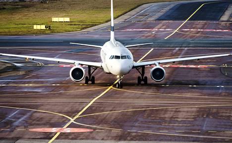 Kansainvälisen siviili-ilmailujärjestön ICAOn tavoitteena on puolittaa lentämisestä aiheutuvat hiilidioksidipäästöt vuoteen 2050 mennessä. Vertailukohteena on vuoden 2005 taso. Finnair on sitoutunut puolitustavoitteeseen.