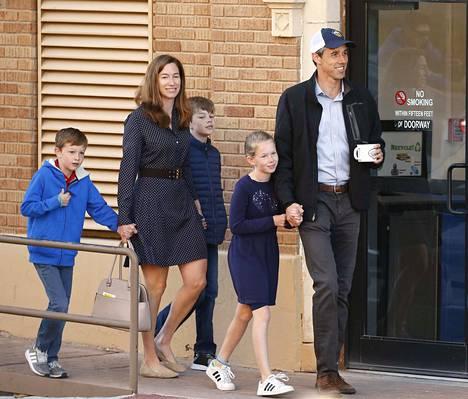 Beto O'Rourke kävi antamassa äänensä vaimo Amyn ja heidän lastensa kanssa. O'Rourkea on povattu jopa demokraattien presidenttiehdokkaaksi vuoden 2020 vaaleihin.