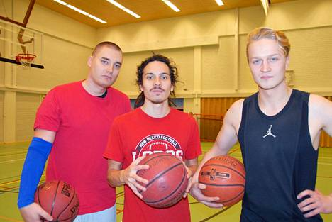 Jussi Huttunen, Harri Skaren ja Niko Vehnänen hoitavat omaa kuntoaan korista pelaamalla.