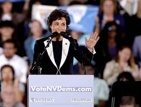 Demokraatti Jacky Rosen voitti istuvan senaattorin Dean Hellerin Nevadassa.