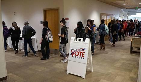 Äänestäjiä oli tällä kertaa liikkeellä paljon enemmän kuin aiemmin. Sen arvioidaan sataneen demokraattien laariin.