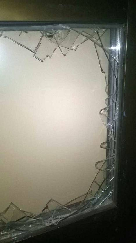 Murtovälineenä käytetty iso halkokirves löytyi kassan vierestä lattialta.