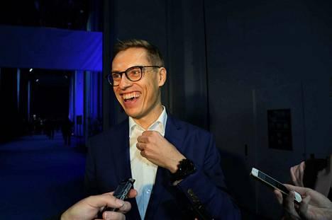 Alexander Stubb saapui hyväntuulisena lehdistön eteen keskiviikkona Messukeskuksessa. Stubb on ehdolla EPP:n kärkiehdokkaaksi Euroopan komission johtoon.