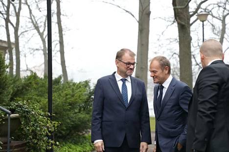 Eurooppa-neuvoston puheenjohtaja Donald Tusk (keskellä) saapui pääministeri Sipilän (kesk) vieraaksi Irlannin pääministerin jälkeen.