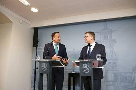 Irlannin pääministeri Leo Varadkar (vasemmalla) ja pääministeri Juha Sipilä (kesk) kehuivat useaan otteeseen Suomen ja Irlannin suhteita.