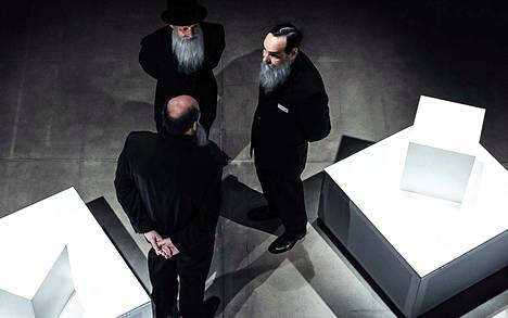 Hannu-Pekka Björkman, Hannu Kivioja ja Markku Maalismaa Kansallisteatterin Thomas Bernhard -sovituksessa Vanhat mestarit, joka saapuu vierailulle Sara Hildénin taidemuseoon.