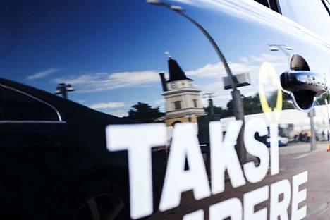 Kuinkas tässä näin kävi? Taksiuudistusta on mäiskitty olan takaa, mutta Trafin seuranta kertoo toista. Kansalaisille tehdyn kyselyn mukaan lähes 90 prosenttia vastaajista oli tyytyväisiä taksipalvelun laatuun kokonaisuutena.