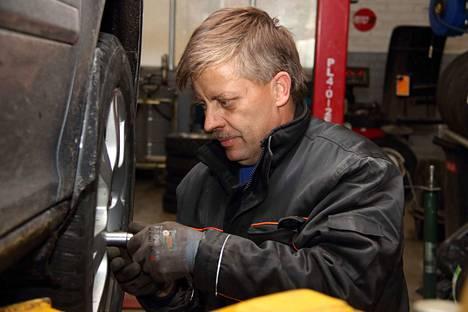 Matti Alinen pyörittääi Auto- ja rengashuolto Merioilia.