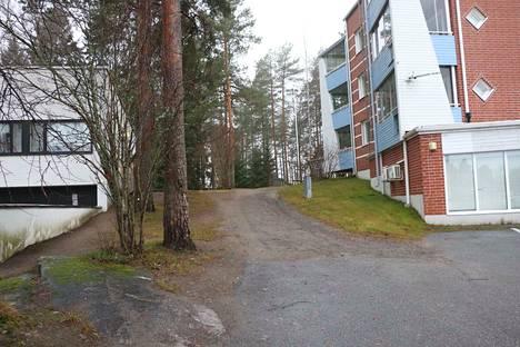 Vanhusneuvosto toivoo, että jo nykyisen kaavaratkaisun myötä keskusteltaisiin kevyen liikenteen väylästä keskustan ja Tervan välillä. Kuvan talojen välistä kulkee kinttupolku Kippavuoren metsikön läpi.