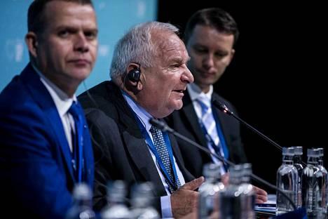 Kokoomuksen puheenjohtaja Petteri Orpo (vas.) ja EPP:n puheenjohtaja Joseph Daul (keskellä) korostavat dialogin käymistä unkarilaisen Fidesz-puolueen kanssa.
