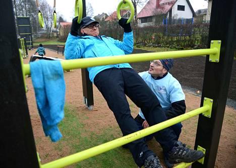 Seppo Mäkelä kokeili punnertaa tosissaan, Klaus Uimonen kaupungin kuntoutuspalveluista opasti eri tekniikoissa.