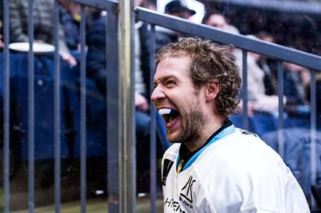 Ben Blood on Ottawa Senatorsin neloskierroksen varaus vuodelta 2007. Hän on pelannut 82 AHL-ottelussa urallaan.