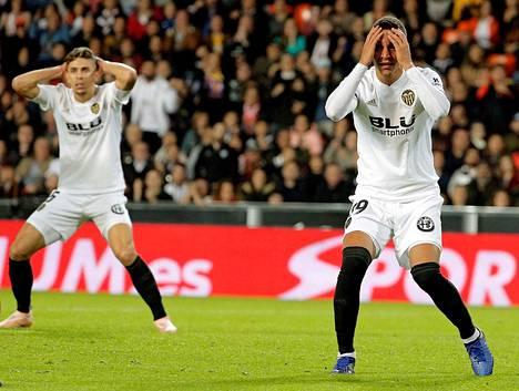 Valencian hyökkääjä Rodrigo Moreno (oikealla) ja puolustaja Gabriel Paulista ovat eläneet vaikeita aikoja tällä kaudella.