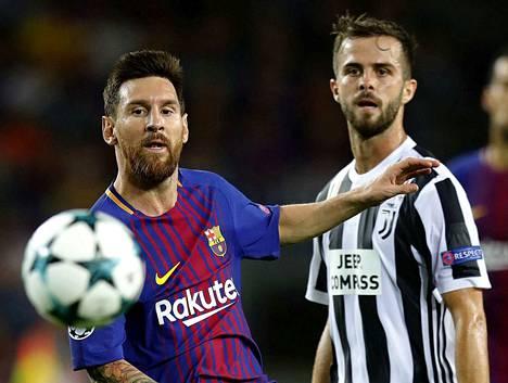 Juventuksen Miralem Pjanic (oik.) taisteli viime kaudella pallosta Barcelonan Lionel Messin kanssa. Juventus on H-lohkon johdossa ennen Manchester Unitedia, Valenciaa ja Young Boysia.