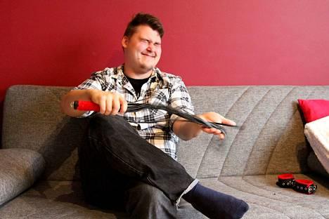 """Seksivälineiden tuote-esittelijänäkin toimiva Jerry Pajunen kertoo, että kysytyin tuotepaketti Turun seudulla on ruoskan ja käsiraudat sisältävä """"perjantaipussi""""."""