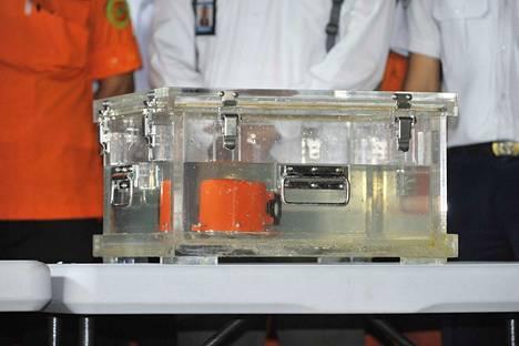 """Lion Airin turmakoneen toinen """"musta laatikko"""", eli koneen suoritusarvoja tallentava Flight Data Recorder (FDR) löytyi marraskuun alussa."""