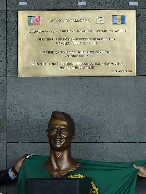 Tältä näyttää Cristiano Ronaldosta tehty patsas Madeiran lentokentällä.