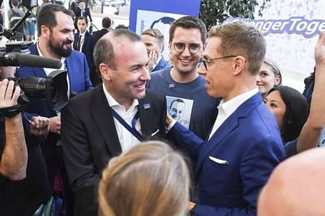 Manfred Weber ja Alexander Stubb tapasivat toisensa päivällä Helsingin messukeskuksessa, jossa europuolue EPP pitää kongressiaan.