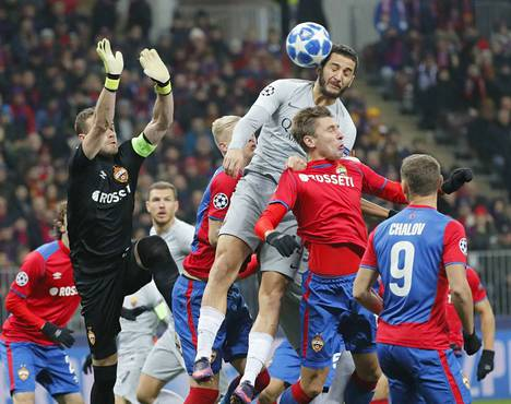 Kostas Manolas nousi korkeimmalle ja puski AS Roman avausmaalin Moskovan Luzhniki-stadionilla.