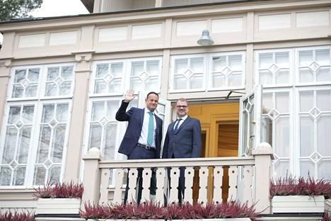 Irlannin pääministeri Leo Varadkar (vasemmalla) kiitti Suomea ja pääministeri Juha Sipilää (kesk) tuesta brexit-neuvotteluissa.