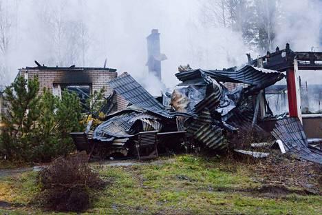 400-neliöinen omakotitalo tuhoutui palossa täysin.