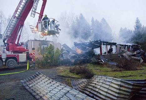 Ylöjärven Mutalassa tuhoutui iso omakotitalo tulipalossa. Sammutus- ja raivaustyöt jatkuivat pitkälle torstaihin.
